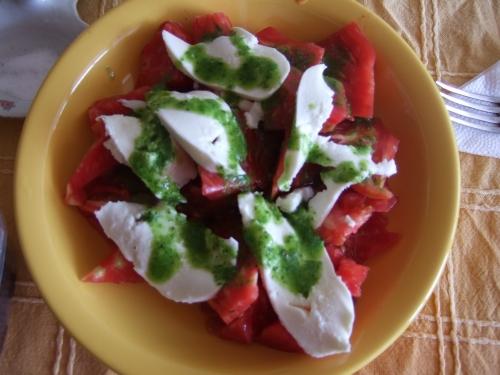 салатата - белени домати, босилкова паста, моцарела