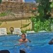 Сутрин рано - само деца в басейна