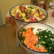Нарязват се и зеленчуците - моркови и пресен лук
