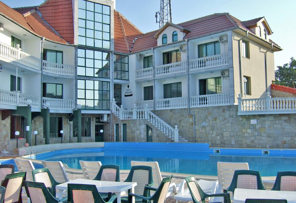 Самият хотел погледнат от дворчето прд басейна